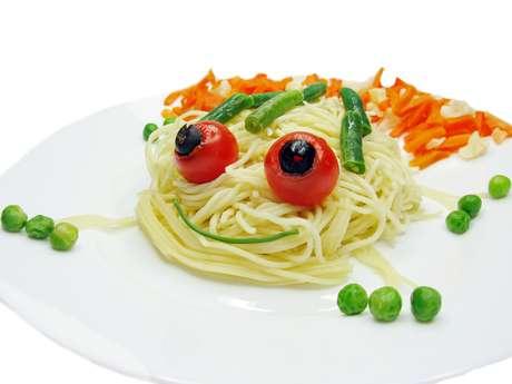 O prato das crianças deve ter, no mínimo, três cores de alimentos para garantir o consumo dos nutrientes essenciais à boa saúde