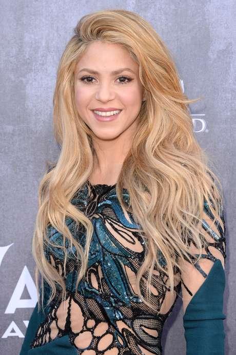 """<p>Shakira - """"Esse make é ideal para quem quer estar linda, sem errar"""", afirma a maquiadora Mariana Brito, do Studio W Higienópolis, em São Paulo. """"A cantora apostou no contorno dos olhos extremamente leve, com uma boa camada de máscara para cílios, batom nude e blush pêssego.""""</p>"""