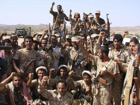 <p>Soldados se re&uacute;nem para uma foto na &aacute;rea de al-Mahfad da prov&iacute;ncia meridional de Abyan; embaixadas ocidentais aumentam&nbsp;medidas de seguran&ccedil;a&nbsp;depois de ataques cada vez mais ousadas a estrangeiros da Al-Qaeda</p>