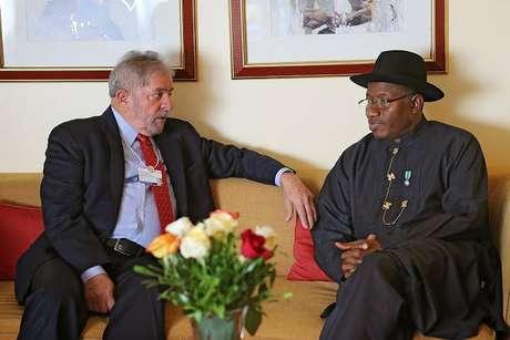 """Lula foi recebido na Nigéria pelo presidente Goodluck Jonathan, a quem o ex-presidente transmitiu a """"solidariedade"""" do povo brasileiro com o país africano"""
