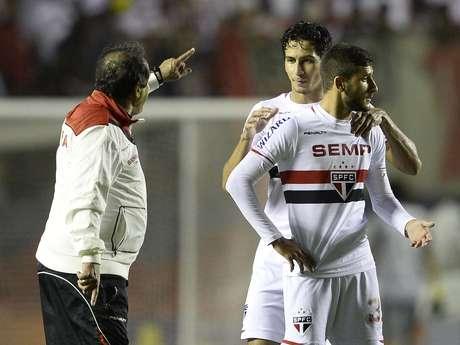 Muricy Ramalho dá bronca em Boschilia ao fim da partida