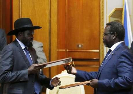 <p>O líder rebelde do Sudão do Sul, Riek Machar,e o presidente do país, Salva Kiir, assinam acordo de paz, em 9 de maio</p>