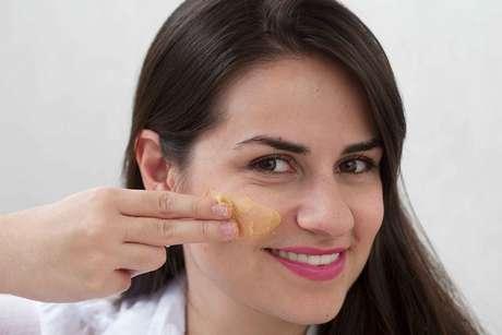 Hidratação Ouro 24k age diretamente na síntese do colágeno e da elastina, fornecendo maior hidratação à pele do rosto