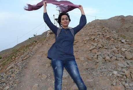 As iranianas resolveram desafiar as leis do país, que pregam o uso do véu em locais públicos. Nas fotografias, ele aparece em todos os lugares - caído sobre os ombros, ao redor do pescoço ou mesmo sendo usado como uma bandeira - menos onde deveria, na cabeça!