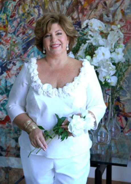 <p>Silvia Poppovic usou calça e top enfeitado com 80 flores feitas à mão em seu casamento</p>