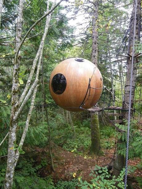 <p>O arquiteto canadense Tom Chudleigh queria se conectar ainda mais com o ambiente bucólico da floresta próxima à cidade de Qualicum Beach, na ilha de Vancouver, no Canadá</p>