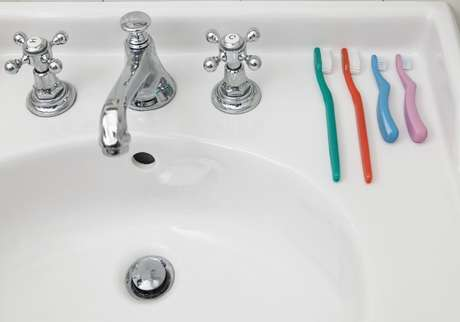 Es recomendable no cubrir los cepillos de dientes rutinariamente