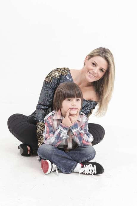 """<p>Mari Alexandre e o filho Záion: """"Alterno momentos de comidas saudáveis com guloseimas.""""</p>"""