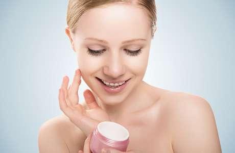 Hidratantes demoram cerca de um mês para penetrar nas camadas mais profundas da cútis e garantir a hidratação, embora a textura da pele melhore em poucos dias