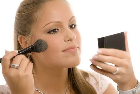 Aplicar os cosméticos de forma errada, além de não deixar o resultado final satisfatório, pode prejudicar a hidratação da pele e ainda causar envelhecimento precoce