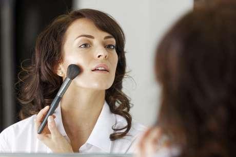 No ritual de beleza do dia a dia, as mulheres ainda comentem deslizes na hora de preparar a pele para receber a maquiagem