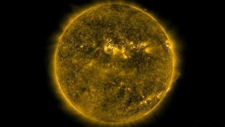 <p>A rotação natural do Sol expele partículas que viajam a uma velocidade entre 400km e 800km por segundo</p>