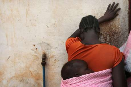 <p>(Imagem de arquivo): sudanesasegura o filho nas costas; umamulher do país africano foi condenada à morte por se converter ao cristianismo</p>