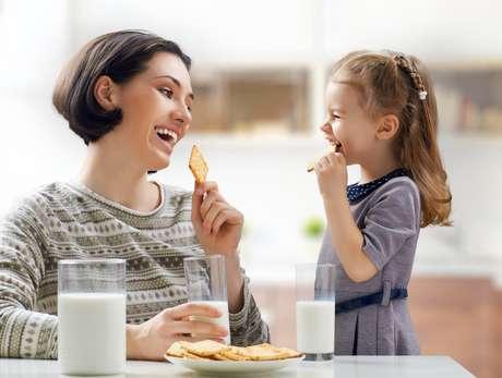 Estabeleça uma rotina alimentar, como as refeições fracionadas entre cinco a seis, incluindo a ceia