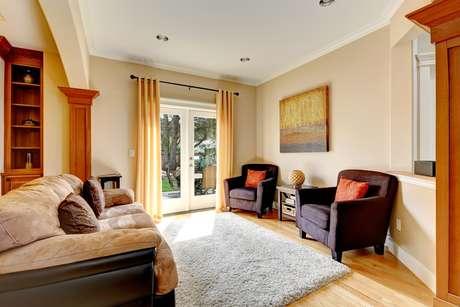 O tapete ajuda a isolar o frio do piso e dá mais conforto ao levantar da cama ou do sofá. Segundo o designer de interiores Leo di Caprio, o melhor é que a peça tenha uma trama densa, com pouco espaço entre os fios. Informações: (11) 3062-8256