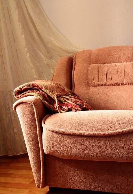 A arquiteta Patrícia Rocha, do escritório Rocha Andrade Arquitetura indica o uso de mantas no sofá, mas recomenda que todas as peças sejam lavadas antes de serem colocadas em uso. Informações: (11) 3501-1557