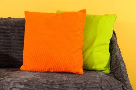 O designer de interiores Fabio Galeazzo defende o uso de capas de tecidos pesados em sofás e almofadas. É possível fazer capas de todos os tecidos, inclusive veludo. Informações: (11) 3064-5306