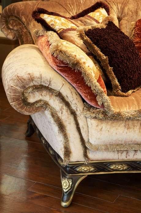 <p>As almofadas são itens que ajudam manter o ambiente bonito e aquecido, trocando as capas por tecidos mais grossos, como um veludo ou um chenille, afirma a arquiteta Ana Carolina de Souza Malho, sócia do escritório AM Arquitetura e Interiores junto Inara Malho</p>