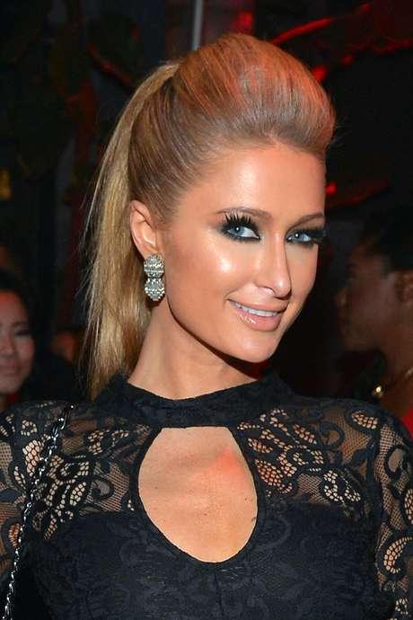 <p>A versão de <em>smokey eyes</em> de Paris Hilton é só glamour, graças à aplicação de cílios postiços</p>