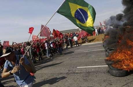 Integrantes do MTST bloqueiam uma rua durante protesto contra a Copa do Mundo, em São Paulo, nesta quinta-feira. 15/05/2014