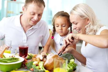 Ofereça à criança pelo menos dez vezes o mesmo alimento para ensiná-la a comer bem