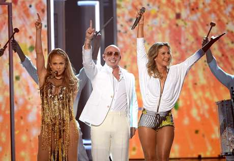 Jennifer Lopez, Pitbull e Claudia Leitte durante apresentação no 'Billboard Music Awards'