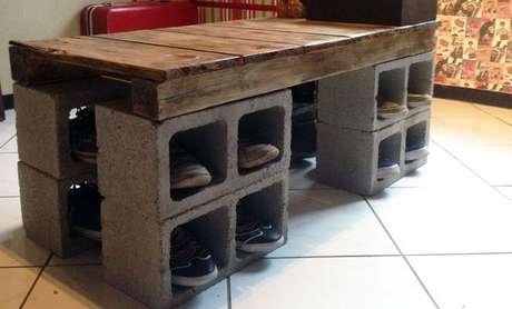 Eduardo Mendes, autor do blog Homens da Casa improvisou um banco no closet com um pálete e oito blocos de concreto