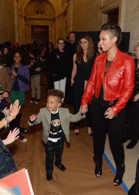 <p>A cantora americana Alicia Keys levou o filho Egypt Dean, que subiu na passarela</p>