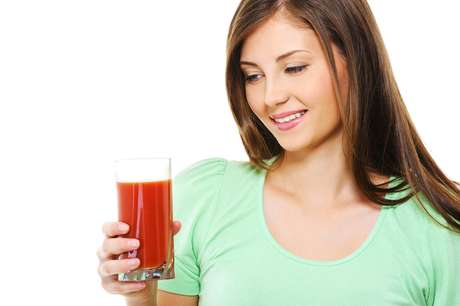 Mais um integrante do time das bebidas naturais aliadas da beleza e saúde, o suco vermelho promete rejuvenescer e firmar a pele