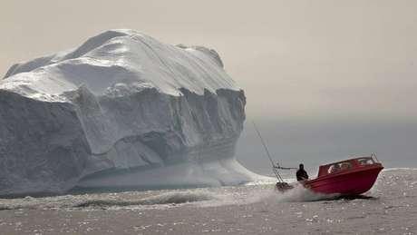 <p>Quando os lagos crescem o suficiente, eles começam a drenar água pelas fraturas no gelo, tornando todo o manto mais escorregadio e propenso a derreter mais rapidamente</p>