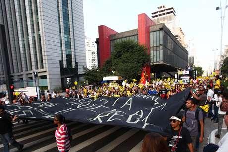 Professores bloqueiam a Paulista durante manifestação