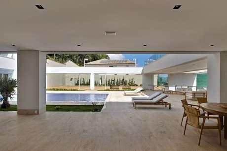 Esta casa no bairro de Mangabeiras, em Belo Horizonte, lembra um pequeno hotel. Com área construída de 1.780 m², inclui galeria de arte, piscina, quadra de tênis (na foto, ao fundo), quatro quartos para a família e dois para os funcionários