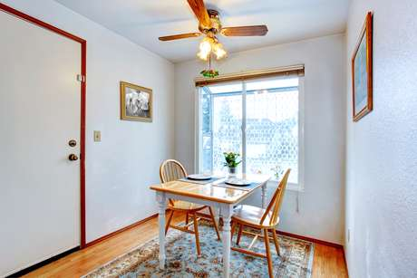A otimização do espaço e o posicionamento dos móveis precisam levar em conta a dimensão e o desenho do cômodo. Se a sala de jantar não for muito grande, vale a pena encostar a mesa na parede para que a circulação fique mais livre, segundo o arquiteto Cioli Stancioli. Informações: (31) 2551-2114