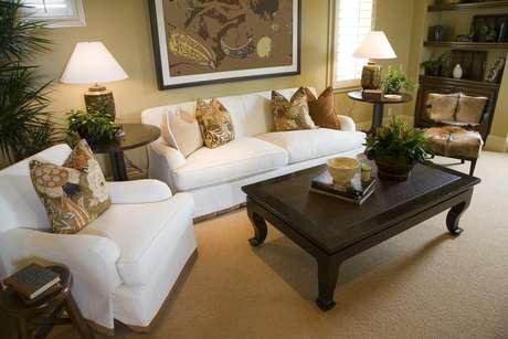 A sala de estar tem configuração mais versátil. O layout depende da quantidade de convidados. Se não for possível colocar uma mesa de centro, é só investir em mesas laterais, diz o arquiteto Bruno Gap. Informações: (11) 3476-6560