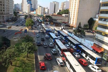 <p>Dezenas de ônibus pararam de circular em função da paralisação dos rodoviários na capital paulista</p>