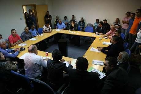 O superintendente de Ministério do Trabalho e Emprego (MTE), Luiz Antônio Medeiros, participa de reunião com representantes de empresas de ônibus e do sindicato de motoristas e cobradores para definir o fim da greve, na Superintendência do Trabalho, centro de São Paulo (SP)