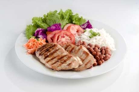 O prato de arroz e feijão fica completo com uma salada e um bife de frango