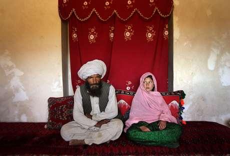<p>Foto premiadamostra a realidade dos casamentos forçados entre meninas e homens adultos: a menina Ghullam foi vendida ao seu marido, mais de 30 anos mais velho que ela</p>
