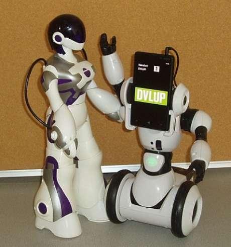 RoboMe, à direita, seria comandado por um smartphone Lumia