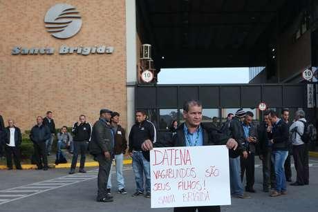 Manifestante protesta até contra o apresentador José Luiz Datena, da TV Bandeirantes