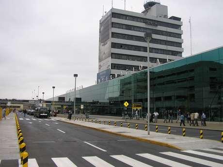 <p>Los pasajeros reportaron el problema alrededor de las seis de la tarde. Asimismo, los funcionarios de migraciones se han visto de manos atadas al no podercolaborar con los pasajeros.</p>