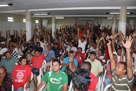 A greve foi decidida em assembleia. A categoria reivindica reajuste salarial de 10% com data-base em janeiro