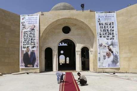 <p>Tapetes são pendurados em Shouneh, durante os preparativos para a visita do pontífice à região. A viagem acontecerá entre os dias 24 e 26 de maio</p>