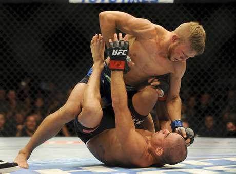 TJ Dillashaw domina Renan Barão para conquistar o cinturão dos galos do UFC
