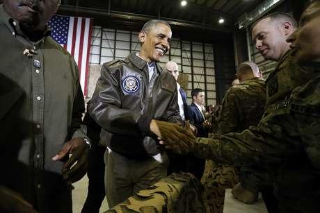 <p>Barack Obama segurou as m&atilde;os de membros de tropas norte-americanas, em visita surpresa ao Afeganist&atilde;o</p>