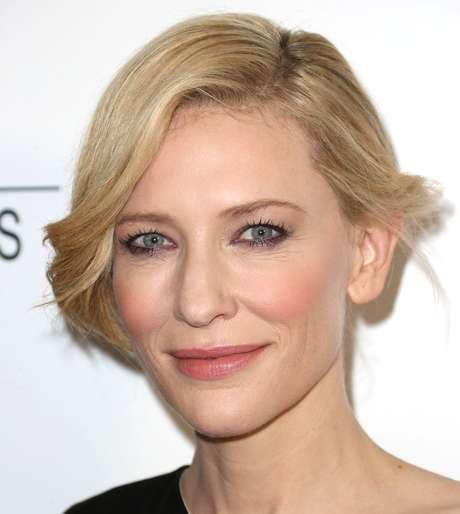 <p><strong>Olhos esfumaçados no tom berinjela -</strong>Mulheres chiques, como a atriz Cate Blanchett, logo aderiram a esse make, que é uma alternativa à sombra preta e confere um visual mais suave e romântico</p>