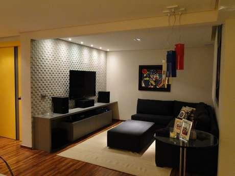 Este apartamento de 147m2 no bairro do Brooklin, em São Paulo, era espaçoso, mas faltava um cantinho aconchegante para instalar o home theater. Para resolver o problema, as arquitetas Inara e Ana Carolina Malho transformaram um dos quatro quartos do imóvel em sala de TV. Informações: (11) 3729-0108