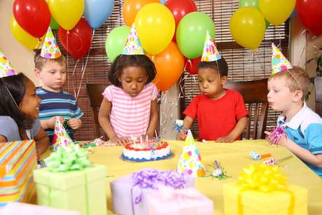 É possível fazer uma festa infantil em casa com organização. A personal party Andrea Cabral recomenda que o número de convidados seja proporcional ao tamanho disponível para o evento. Informações: (65) 9904-9884