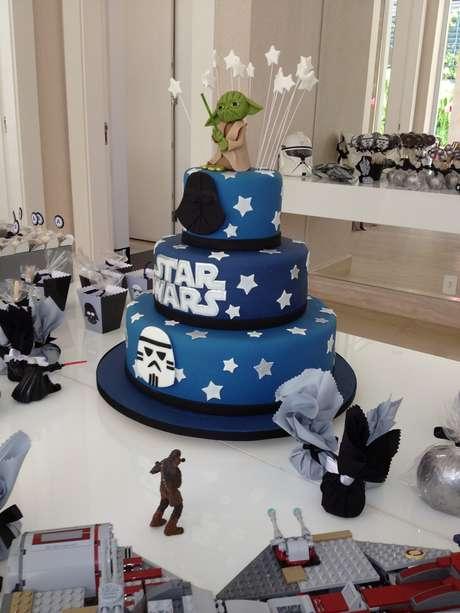 A assessora de festas Andrea Forte Meckien aconselha que seja adotada uma decoração minimalista. Não há necessidade de colocar tantos bonecos se os doces e o bolo já são decorados. Informações: (11) 3661-0023