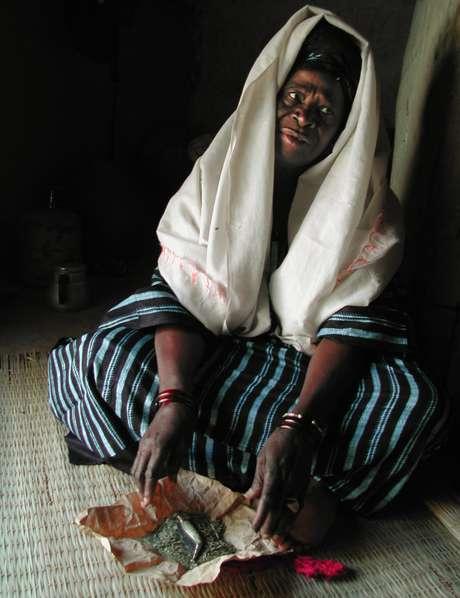 <p>Mariam Coulibaly exibe as ferramentas que utilizava para realizar a mutilação de meninas em seu país:uma faca que era desua mãe e ervas, para curar as feridas, em Salemata, sudeste do Senegal, em janeiro de 2003</p>